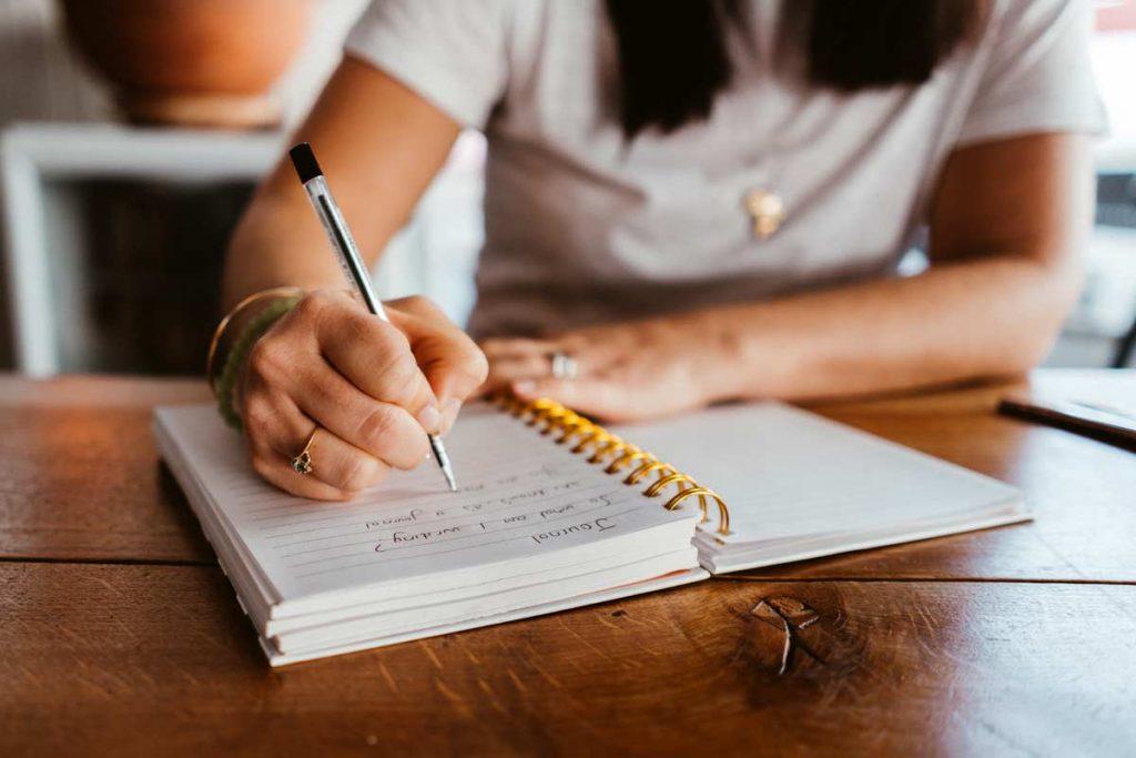 Ein Dankbarkeitstagebuch oder Journal kann dir helfen, deinen Alltag bewusster und dankbarer wahrzunehmen.