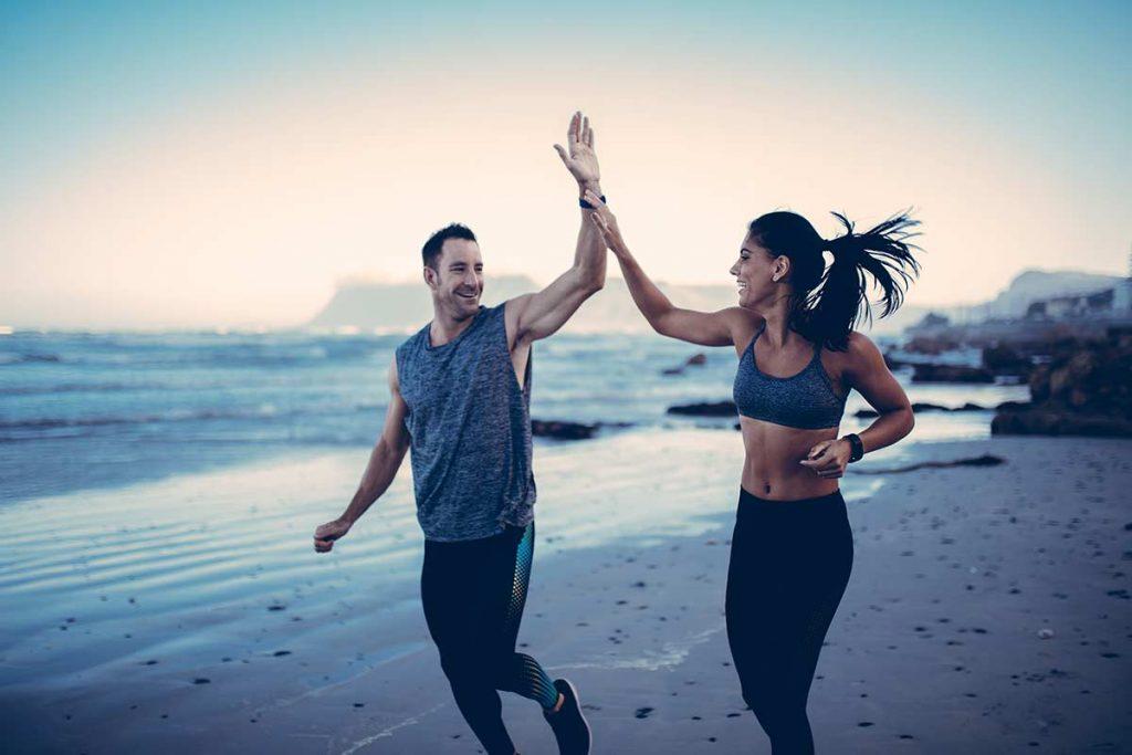 Gemeinsam Sport zu treiben und Erfolge zu feiern hilft, motiviert zu bleiben.