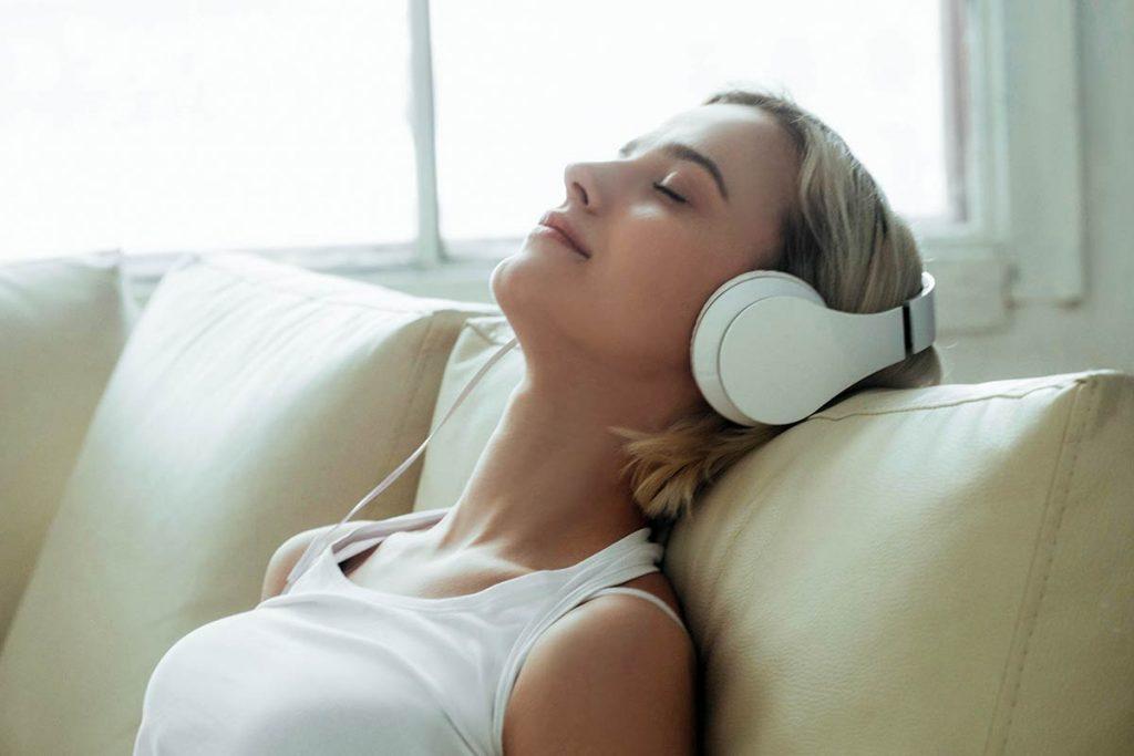 Weißes Rauschen wirkt entspannend, da es dein Gehirn mit einem konstanten akustischen Reiz versorgt, der andere Störfaktoren aus der Umgebung maskiert.