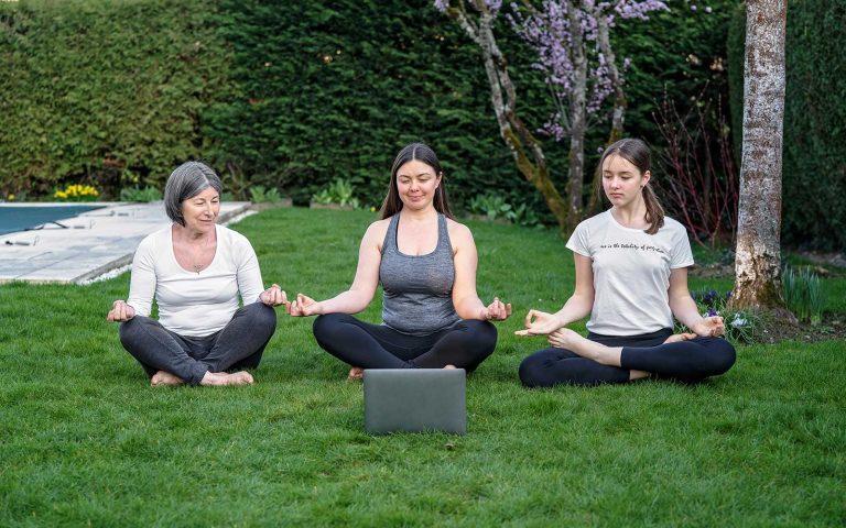 Geführte Meditation kann dich anleiten, den Weg zu dir selbst zu finden und dein Leben mit mehr Energie zu meistern.