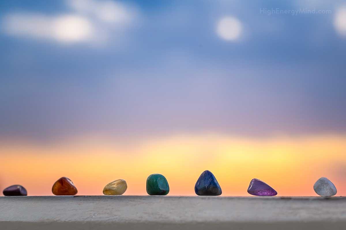 Jedes der sieben Chakren ist untrennbar mit einer bestimmten Farbe verbunden. Dabei ist die Farbe nicht nur ein Erkennungsmerkmal des jeweiligen Chakras, vielmehr zeigt sie die Kraft und individuelle Wirkung der Energiezentren.
